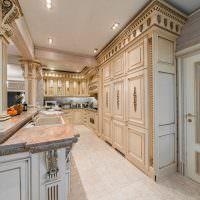 Вытянутая кухня в классическом стиле