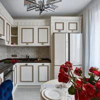 Золотистые молдинги на дверках кухонного гарнитура