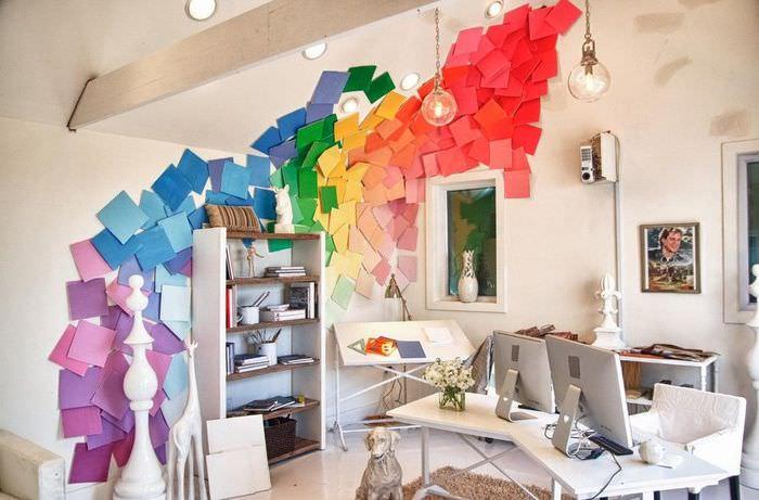 Оригинальное декорирование белой стены цветной бумагой