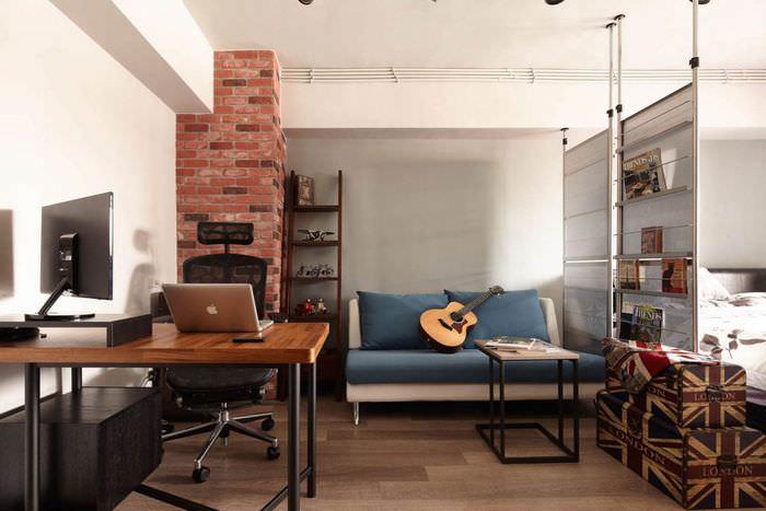 Столик для ноутбука в квартире-студии стиля лофт
