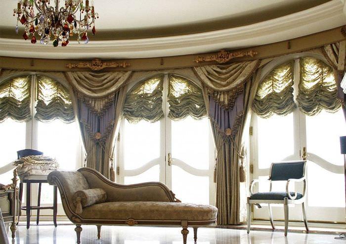 Сочетание ткани на шторах с отделкой мягкой мебели в гостиной