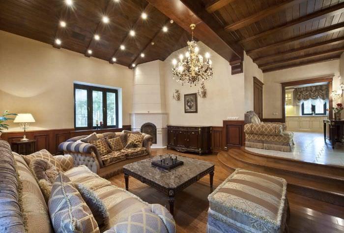 Интерьер гостиной с высоким потолком в стиле альпийского шале