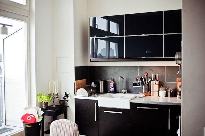 Маленькая кухня с черной мебелью