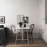 Обеденный столик рядом с диваном