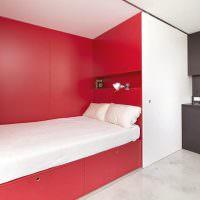 Белая кровать в красной нише
