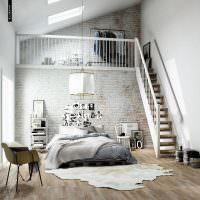 Квартира в стиле лофт в мансарде с высоким потолком