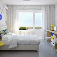 Белые прозрачные занавески на окне с балконной дверью