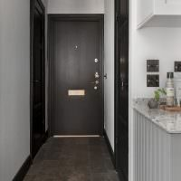 Интерьер узкого коридора с ламинатом на полу