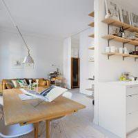 Открытые полки с кухонными принадлежностями