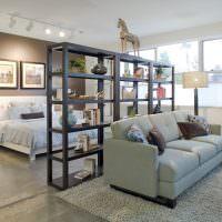 Зонирование комнаты диваном и стеллажом