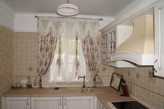 Короткие шторы на мойкой с винтажным краном