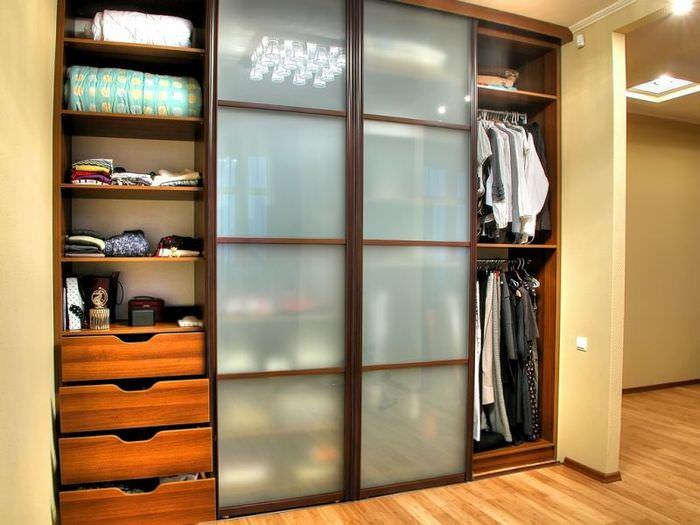 Белые матовые стекла на дверцах шкафа-купе