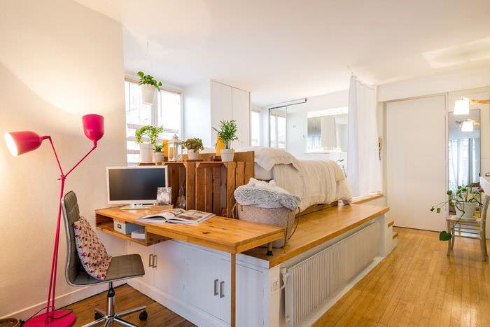 Подиум с кроватью и рабочим столом