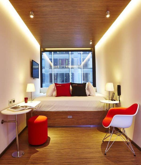 Интерьер небольшой спальни с окном на узкой стороне