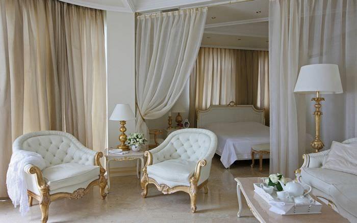 Белые кресла на полу с глянцевым покрытием