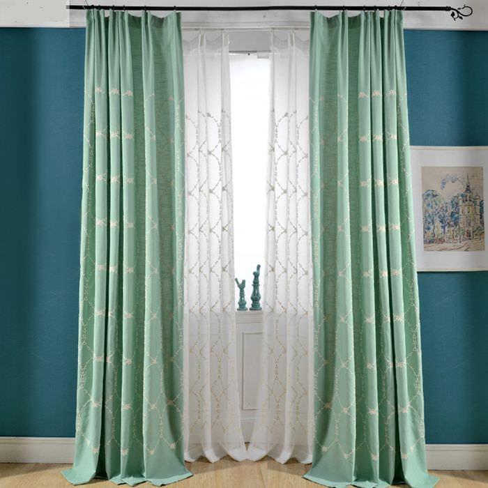 Шторы мятного цвета на окне в гостиной