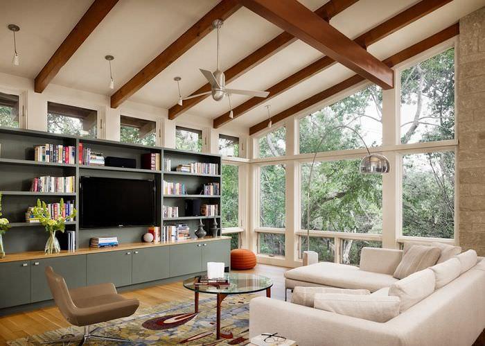 Интерьер гостиной с наклонным потолком
