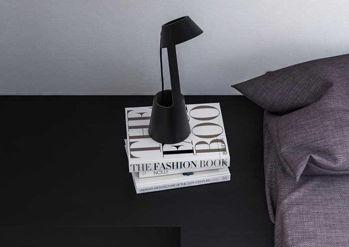 Небольшая настольная лампа в декоре спальни