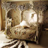 Украшение кровати вырезанными силуэтами деревьев