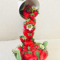 Парящая в воздухе кружка с ягодами клубники