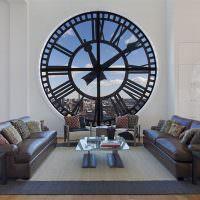 Окно в виде часов в гостиной комнате