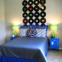 Декорирование стены виниловыми пластинками