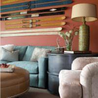 Декорирование лыжами стены над диваном