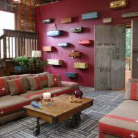 Старые чемоданы на красной стене гостиной