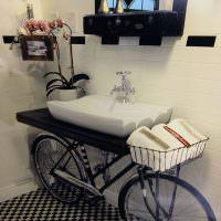 Умывальник из старого велосипеда в ванной