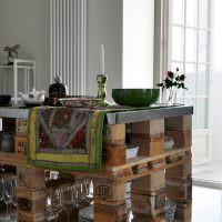 Кухонный стол из деревянных поддонов