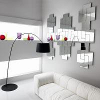 Зеркало оригинальной конфигурации на серой стене