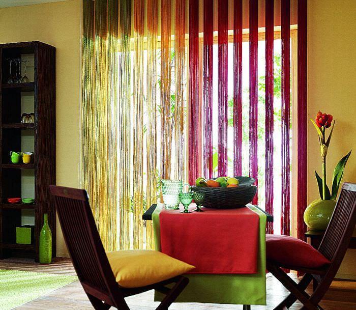 Разноцветные нитяные шторы в интерьере современной кухни
