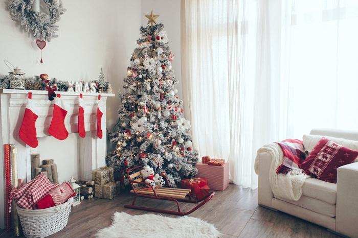 Новогодний интерьер в гостиной частного дома