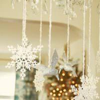 Новогодние украшения, подвешенные на люстре