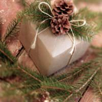 Красивая праздничная упаковка подарочной коробки