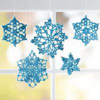 Украшение окна с помощью бумажных снежинок
