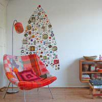 Елка из сувениров и значков на белой стене