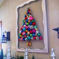 Елка на стене из зеркальных шаров
