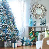 Коробки с подарками под нарядной елкой