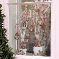 Окно частного дома с праздничными декорациями