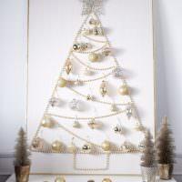 Импровизированная елка со звездой на макушке