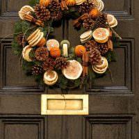 Дверь с венком из апельсиновых долек