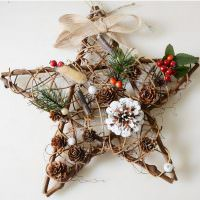Звезда из деревянных палочек и еловых шишек