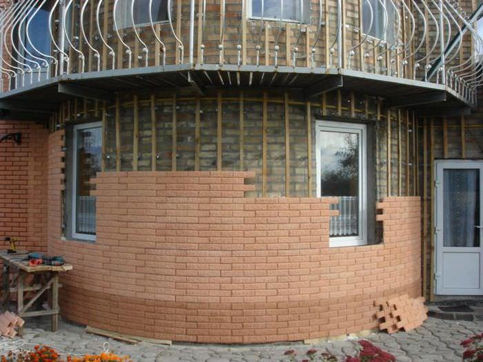 Отделка фасада дома панелями с имитацией кирпичной кладки