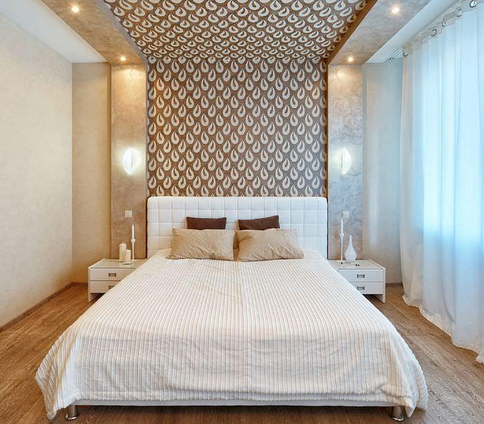 Ниша на стене спальни, переходящая на потолок