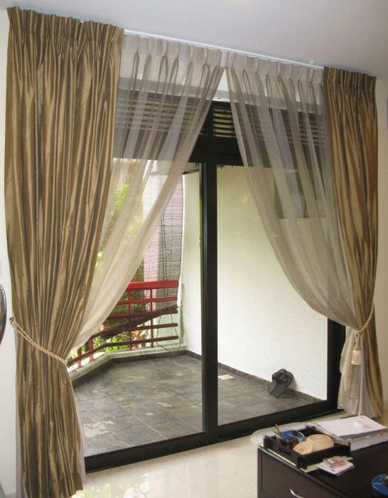 Окно до пола в гостиной стиля модерн
