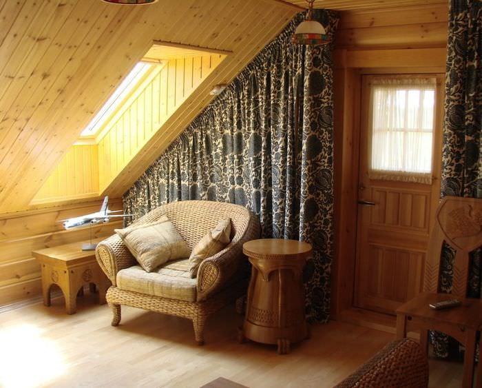 Кресло под окном в мансарде частного дома