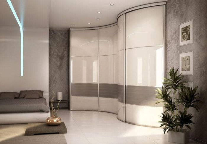 Угловой шкаф с радиусными дверцами в интерьере зала