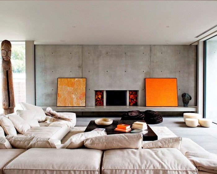 Оранжевые акценты на фоне серой бетонной стены