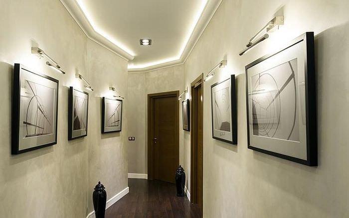 Светодиодная подсветка картин в длинном коридоре